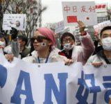 在日中国人「反アパホテル」デモ 対抗団体も登場、休日の新宿が混乱