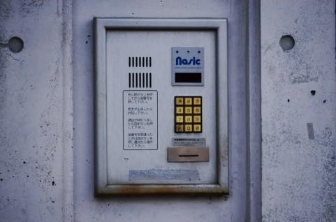 インターホンや玄関先に見慣れない記号やマーク、シールがあったら注意な