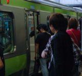 「電車やバスのマナー」大人なのに、なぜ守れない?