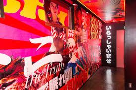 アイドルと飲める! 新宿・歌舞伎町にオープンした『週プレ酒場』に潜入