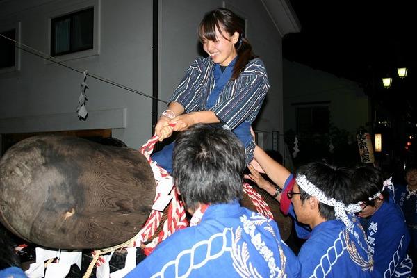 男性シンボルの巨大ご神体に女性がまたがり前後ロデオする奇祭「道祖神祭り」 ニコニコで全編生中継が決定