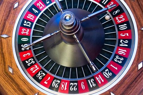 野党のご都合主義な「カジノだけ批判」 弊害説くなら パチンコ、競輪、競馬、競艇はどうする?